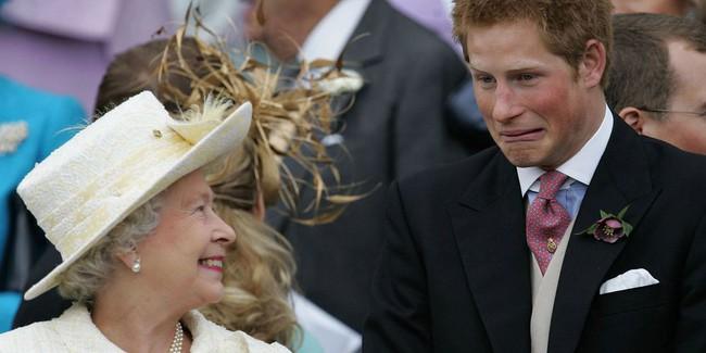 Xuất hiện trước công chúng nghiêm túc là vậy nhưng Nữ hoàng cũng có những khoảnh khắc phá lệ chứng tỏ là người bà tuyệt vời - Ảnh 15.