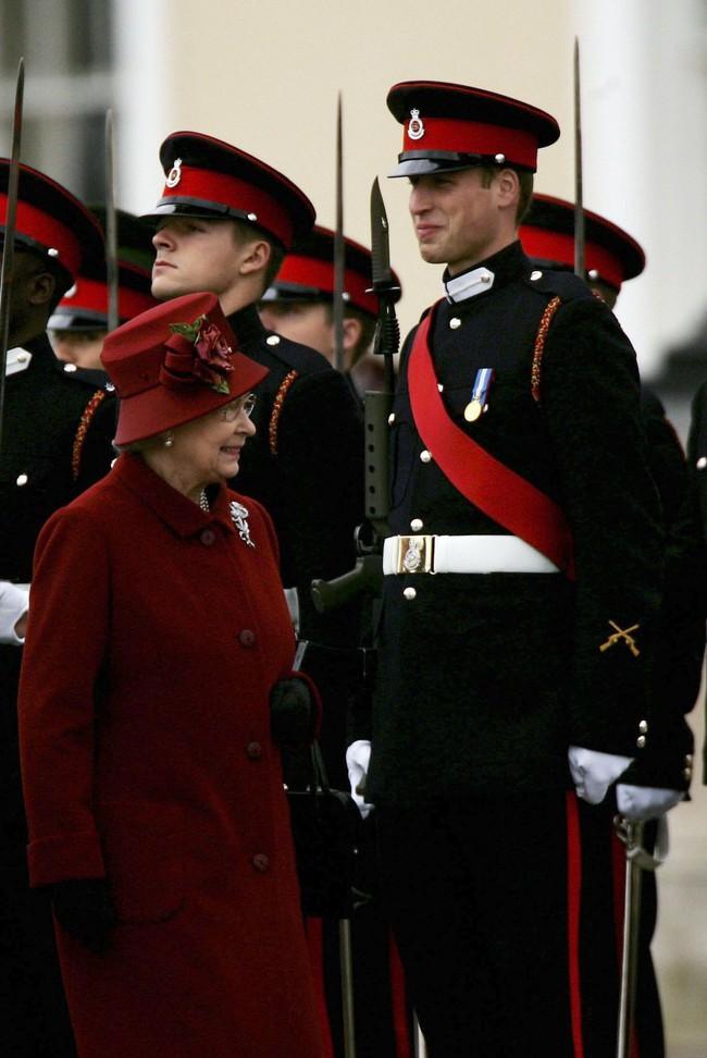 Xuất hiện trước công chúng nghiêm túc là vậy nhưng Nữ hoàng cũng có những khoảnh khắc phá lệ chứng tỏ là người bà tuyệt vời - Ảnh 17.