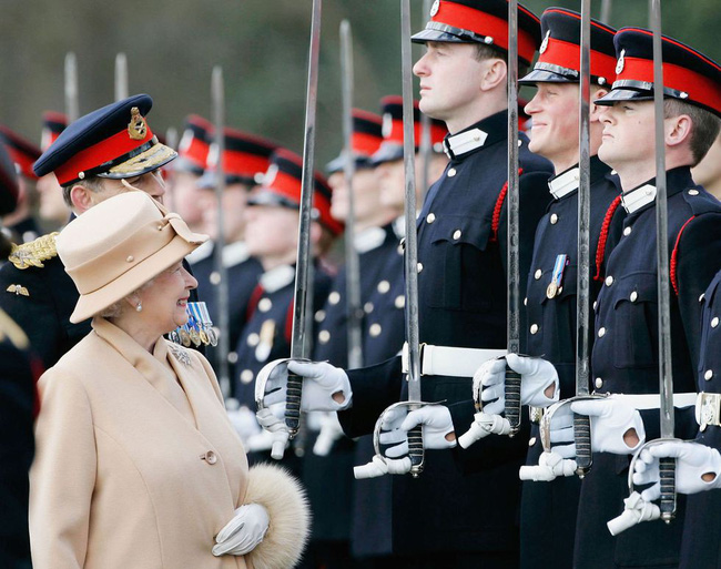 Xuất hiện trước công chúng nghiêm túc là vậy nhưng Nữ hoàng cũng có những khoảnh khắc phá lệ chứng tỏ là người bà tuyệt vời - Ảnh 16.