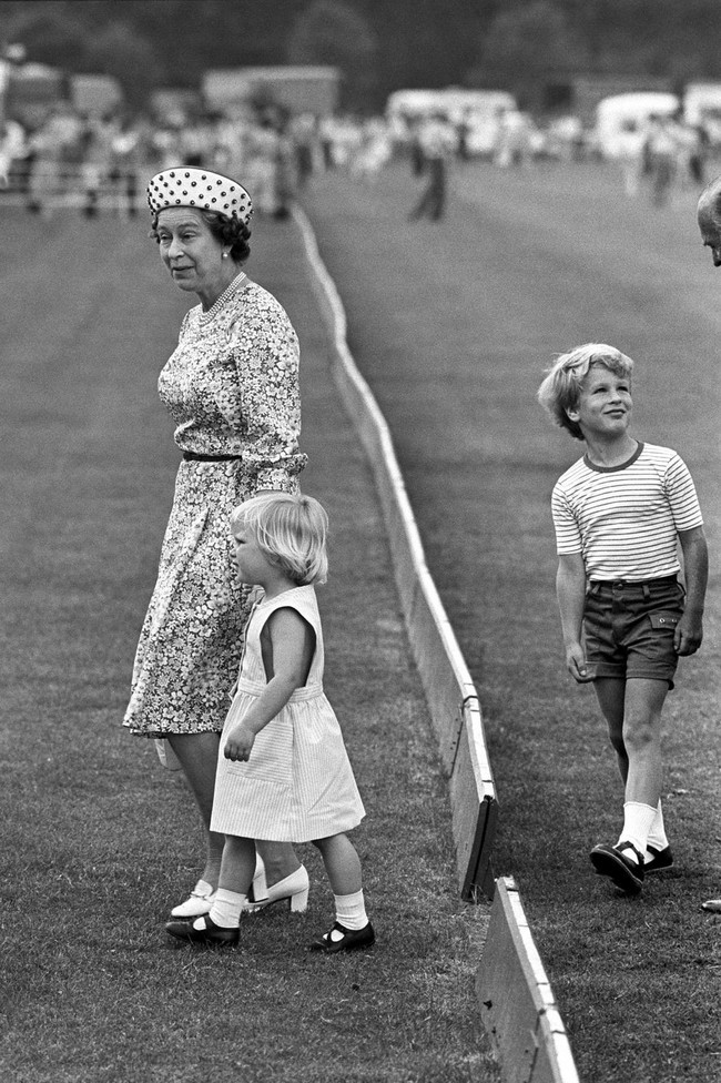 Xuất hiện trước công chúng nghiêm túc là vậy nhưng Nữ hoàng cũng có những khoảnh khắc phá lệ chứng tỏ là người bà tuyệt vời - Ảnh 2.