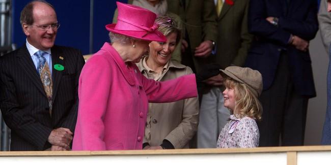 Xuất hiện trước công chúng nghiêm túc là vậy nhưng Nữ hoàng cũng có những khoảnh khắc phá lệ chứng tỏ là người bà tuyệt vời - Ảnh 19.