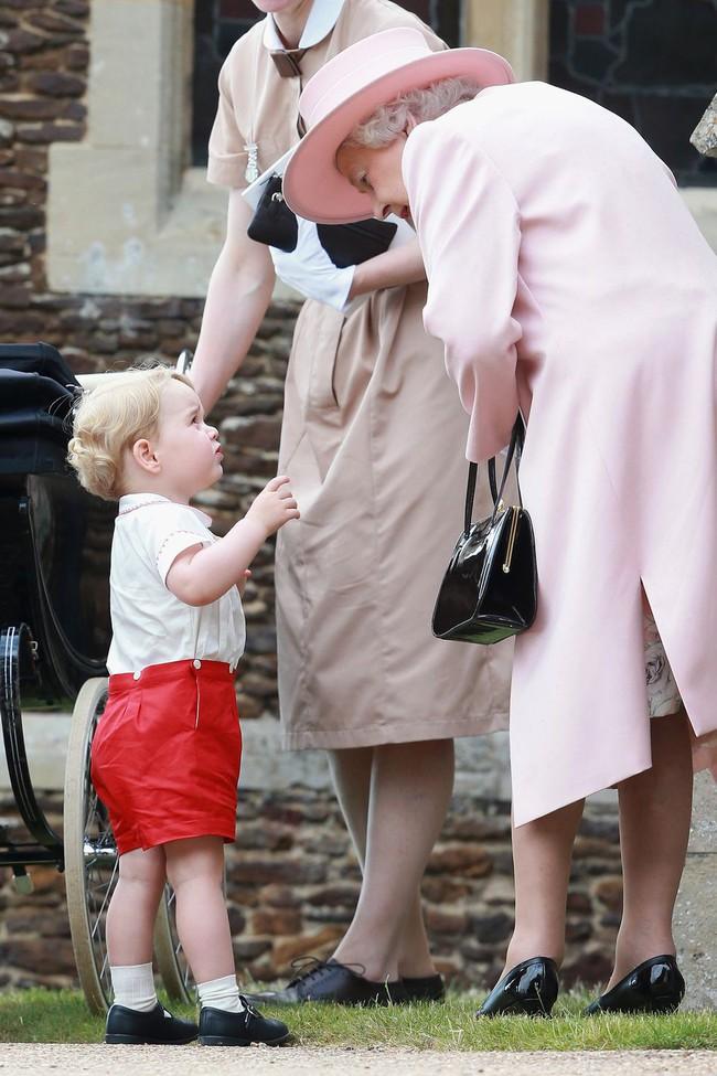 Xuất hiện trước công chúng nghiêm túc là vậy nhưng Nữ hoàng cũng có những khoảnh khắc phá lệ chứng tỏ là người bà tuyệt vời - Ảnh 23.