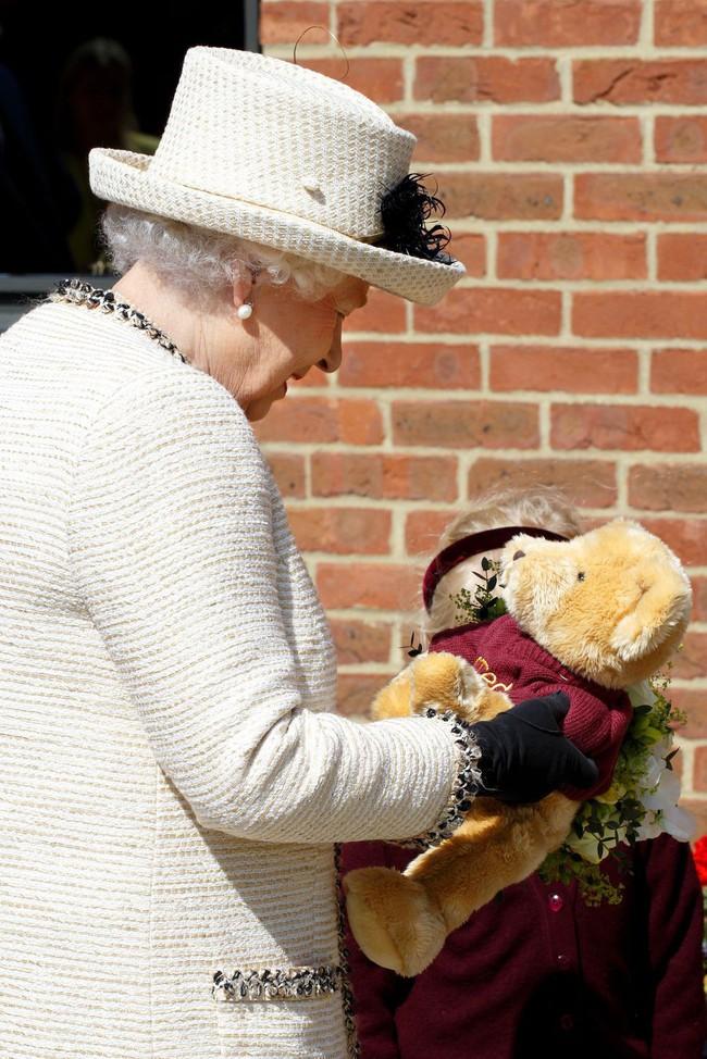 Xuất hiện trước công chúng nghiêm túc là vậy nhưng Nữ hoàng cũng có những khoảnh khắc phá lệ chứng tỏ là người bà tuyệt vời - Ảnh 22.