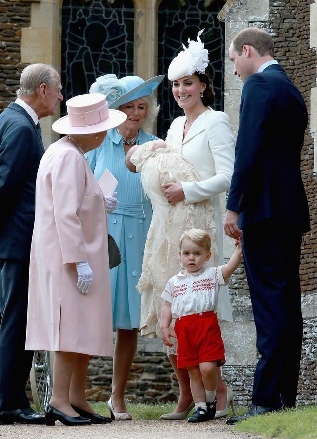 Xuất hiện trước công chúng nghiêm túc là vậy nhưng Nữ hoàng cũng có những khoảnh khắc phá lệ chứng tỏ là người bà tuyệt vời - Ảnh 21.