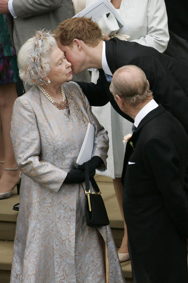 Xuất hiện trước công chúng nghiêm túc là vậy nhưng Nữ hoàng cũng có những khoảnh khắc phá lệ chứng tỏ là người bà tuyệt vời - Ảnh 20.
