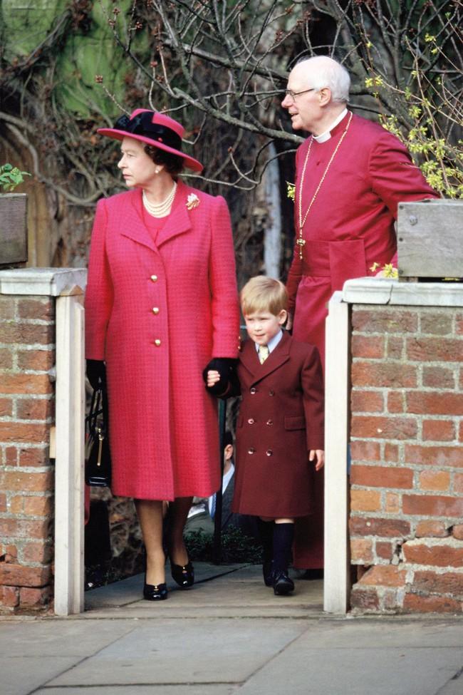 Xuất hiện trước công chúng nghiêm túc là vậy nhưng Nữ hoàng cũng có những khoảnh khắc phá lệ chứng tỏ là người bà tuyệt vời - Ảnh 24.