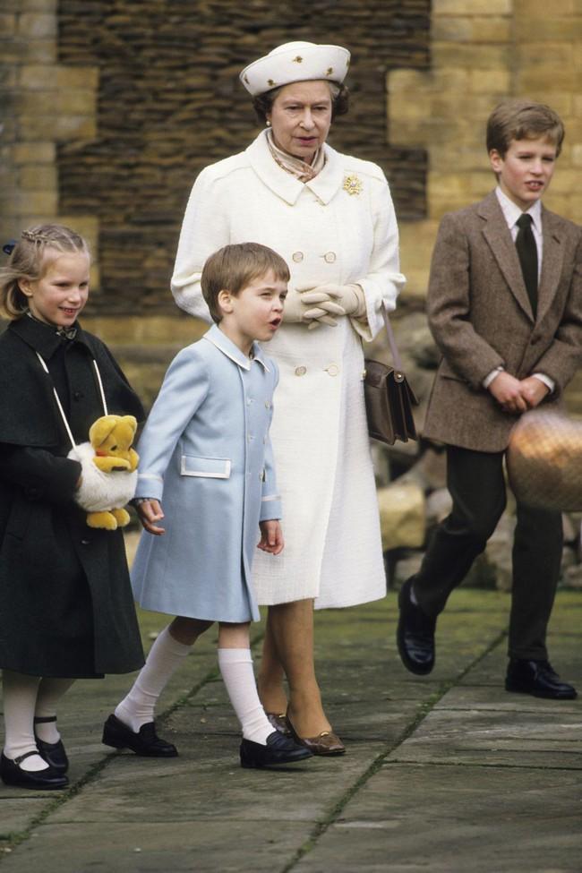 Xuất hiện trước công chúng nghiêm túc là vậy nhưng Nữ hoàng cũng có những khoảnh khắc phá lệ chứng tỏ là người bà tuyệt vời - Ảnh 7.