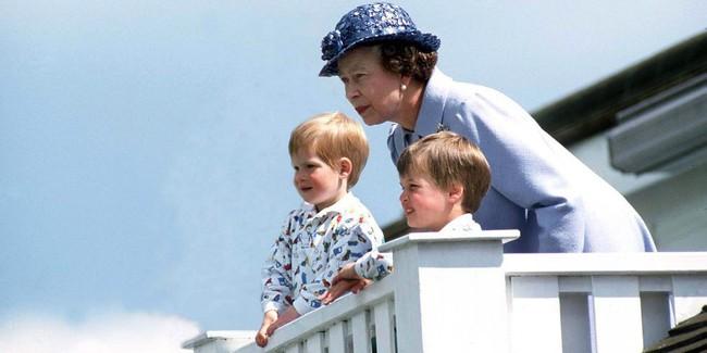 Xuất hiện trước công chúng nghiêm túc là vậy nhưng Nữ hoàng cũng có những khoảnh khắc phá lệ chứng tỏ là người bà tuyệt vời - Ảnh 5.