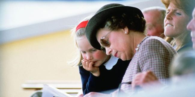 Xuất hiện trước công chúng nghiêm túc là vậy nhưng Nữ hoàng cũng có những khoảnh khắc phá lệ chứng tỏ là người bà tuyệt vời - Ảnh 6.