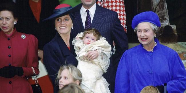 Xuất hiện trước công chúng nghiêm túc là vậy nhưng Nữ hoàng cũng có những khoảnh khắc phá lệ chứng tỏ là người bà tuyệt vời - Ảnh 9.