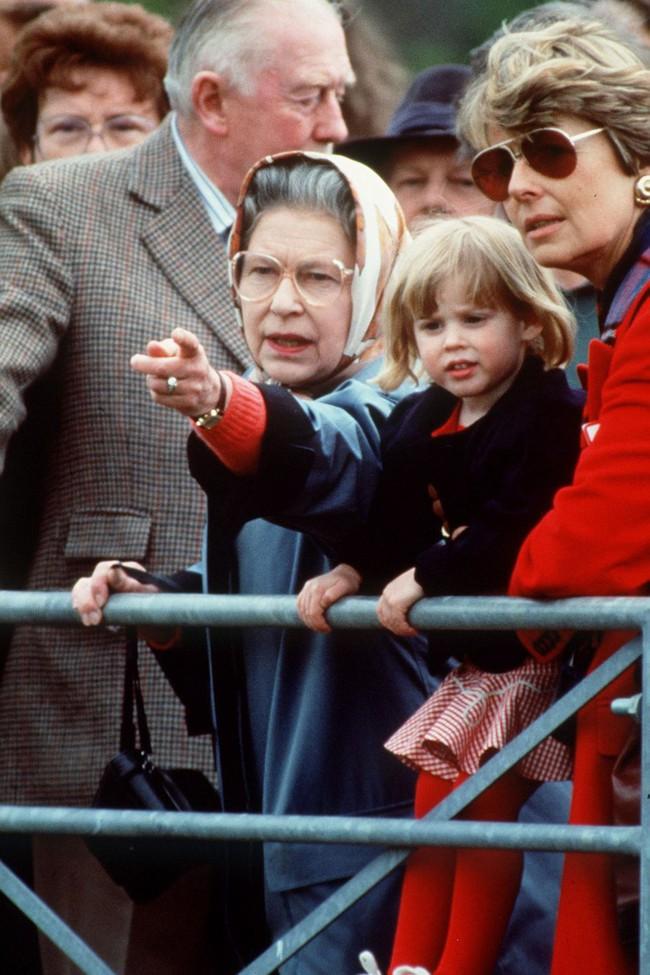 Xuất hiện trước công chúng nghiêm túc là vậy nhưng Nữ hoàng cũng có những khoảnh khắc phá lệ chứng tỏ là người bà tuyệt vời - Ảnh 10.