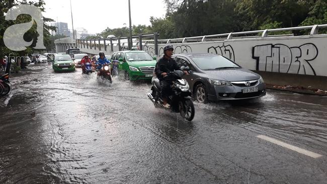 Người dân đội mưa lội nước, chen chúc nhau trở lại Sài Gòn sau kỳ nghỉ lễ 2/9 - Ảnh 13.