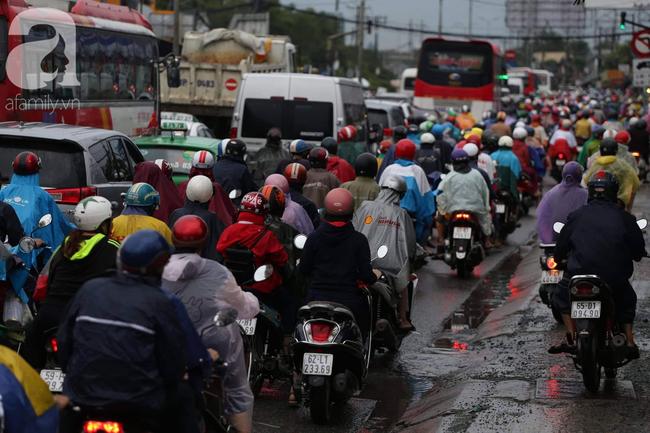 Người dân đội mưa lội nước, chen chúc nhau trở lại Sài Gòn sau kỳ nghỉ lễ 2/9 - Ảnh 6.