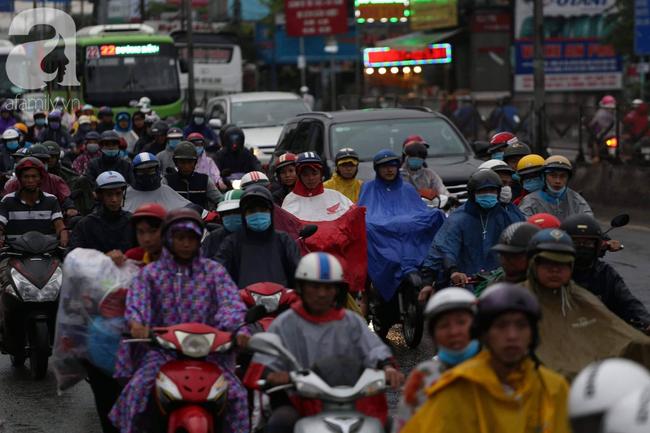 Người dân đội mưa lội nước, chen chúc nhau trở lại Sài Gòn sau kỳ nghỉ lễ 2/9 - Ảnh 7.