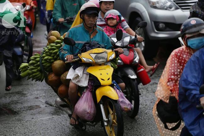Người dân đội mưa lội nước, chen chúc nhau trở lại Sài Gòn sau kỳ nghỉ lễ 2/9 - Ảnh 8.