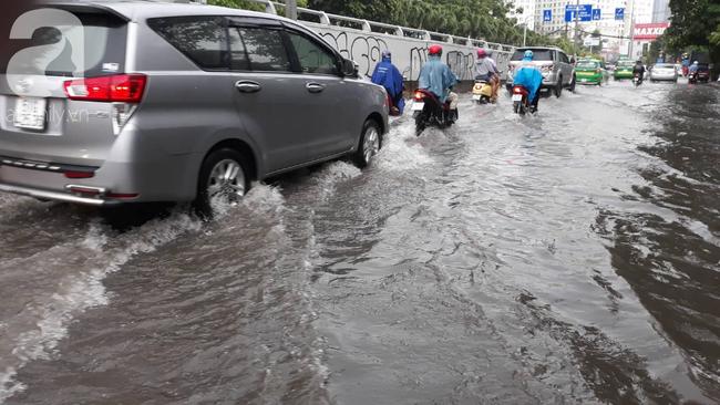 Người dân đội mưa lội nước, chen chúc nhau trở lại Sài Gòn sau kỳ nghỉ lễ 2/9 - Ảnh 14.