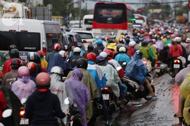 Người dân đội mưa lội nước, chen chúc nhau trở lại Sài Gòn sau kỳ nghỉ lễ 2/9 - Ảnh 9.