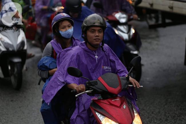 Người dân đội mưa lội nước, chen chúc nhau trở lại Sài Gòn sau kỳ nghỉ lễ 2/9 - Ảnh 11.