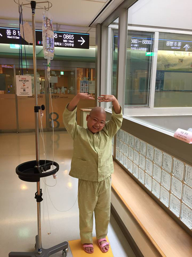 Chỉ sau một lần đau chân dữ dội, bé gái Hà Nội chưa từng biết đến bệnh viện đã được phát hiện mắc bệnh máu trắng - Ảnh 6.