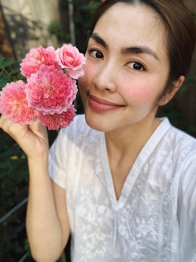 Khu vườn nhỏ xanh mát với rau sạch và hoa hồng trong biệt thự triệu đô của Tăng Thanh Hà - Ảnh 1.
