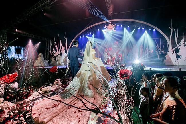 Tròn miệng dẹt mắt vì các siêu đám cưới sang, xịn, mịn: Tiệc cưới 3000 khách mời, cô dâu đội vương miện 100 cây vàng, đón dâu bằng phi cơ... - Ảnh 3.