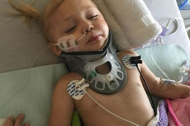 Đang chơi đùa thì ngã vào cốc nước dưới sàn, bé 2 tuổi bị đứt dây thần kinh, liệt nửa người  - Ảnh 1.