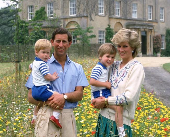 Lần đầu tiết lộ việc Hoàng tử Harry vừa chào đời, trái tim Công nương Diana đã bị bóp nghẹt vì câu nói phũ phàng của Thái tử Charles  - Ảnh 3.