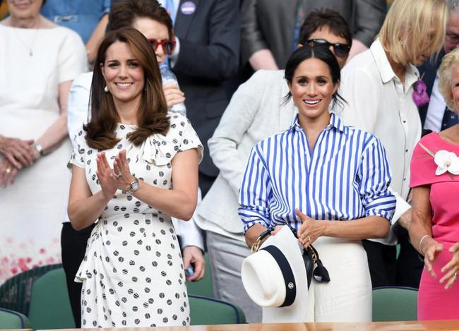 """Hai nàng dâu hoàng gia buộc phải tuân thủ quy tắc  """"khó nhằn"""" này ở bất cứ đâu, kể cả khi đứng hay khi ngồi - Ảnh 1."""