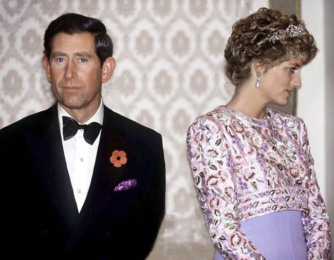 """Từng tìm cách quyến rũ Thái tử Charles để cạnh tranh với Camilla, Công nương Diana đau khổ, bẽ bàng khi bị chồng nói: """"Trông em thật lố lăng"""" - Ảnh 2."""