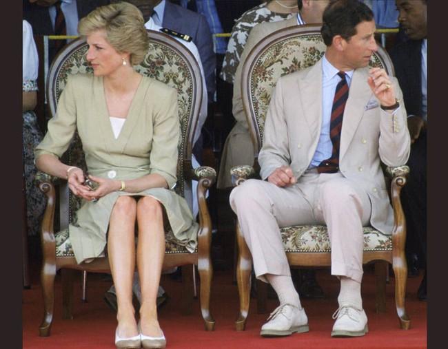 """Từng tìm cách quyến rũ Thái tử Charles để cạnh tranh với Camilla, Công nương Diana đau khổ, bẽ bàng khi bị chồng nói: """"Trông em thật lố lăng"""" - Ảnh 1."""