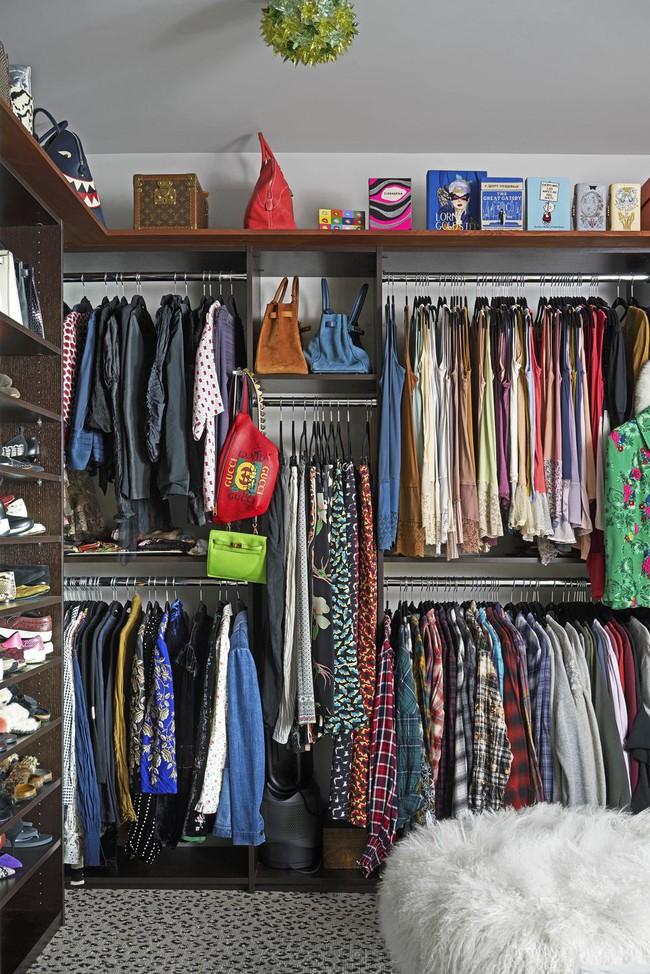 Ngắm thiết kế tủ quần áo của stylist nổi tiếng khiến bạn ngỡ như mình bước chân nhầm vào cửa hàng thời trang - Ảnh 2.