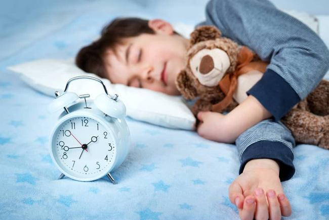 Nhìn bảng thời gian ngủ được chuyên gia khuyến cáo, nhiều cha mẹ sẽ giật mình vì con đang thiếu ngủ trầm trọng - Ảnh 4.