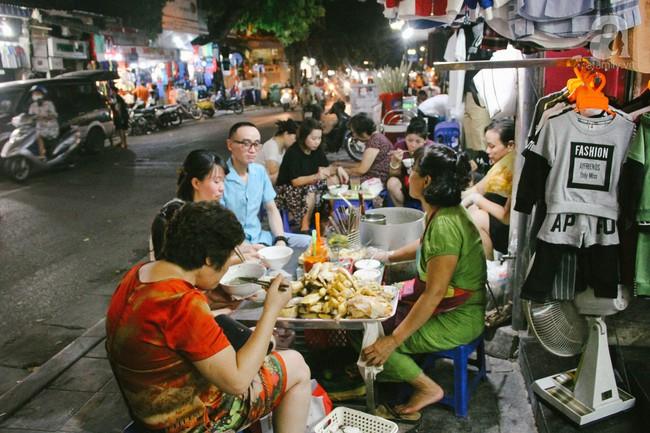Quán bún mọc gà cứ đến giờ mở hàng là khách đứng vòng trong, vòng ngoài chờ, tốc độ hết hàng nhanh đến chóng mặt trên phố Hàng Ngang - Ảnh 1.