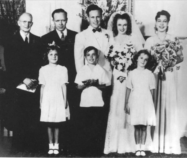 Ảnh cưới hiếm hoi của Marilyn Monroe và người chồng đầu tiên trong cuộc hôn nhân chớp nhoáng năm 16 tuổi - Ảnh 3.