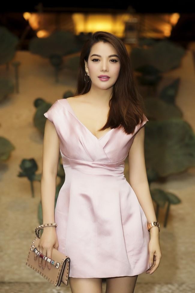 Trương Ngọc Ánh gương mặt khác lạ xuất hiện bên bà xã Bình Minh - Ảnh 1.