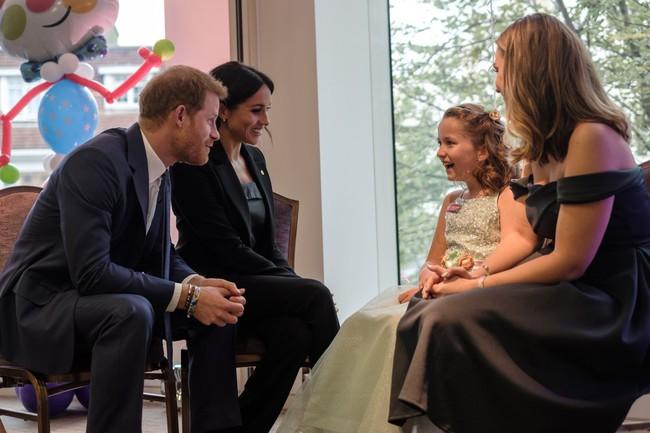 Hành động liên tục xoa lưng vợ của Hoàng tử Harry gây chú ý và đây là lý do đằng sau khiến người hâm mộ phát sốt - Ảnh 3.