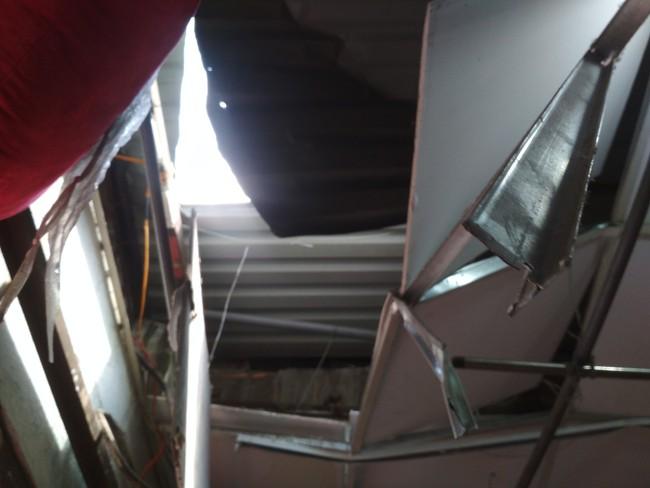 TP.HCM: Kinh hoàng tấm ván gỗ đầy đinh nhọn rơi từ tầng 4 công trình đâm thủng nhà dân - Ảnh 1.