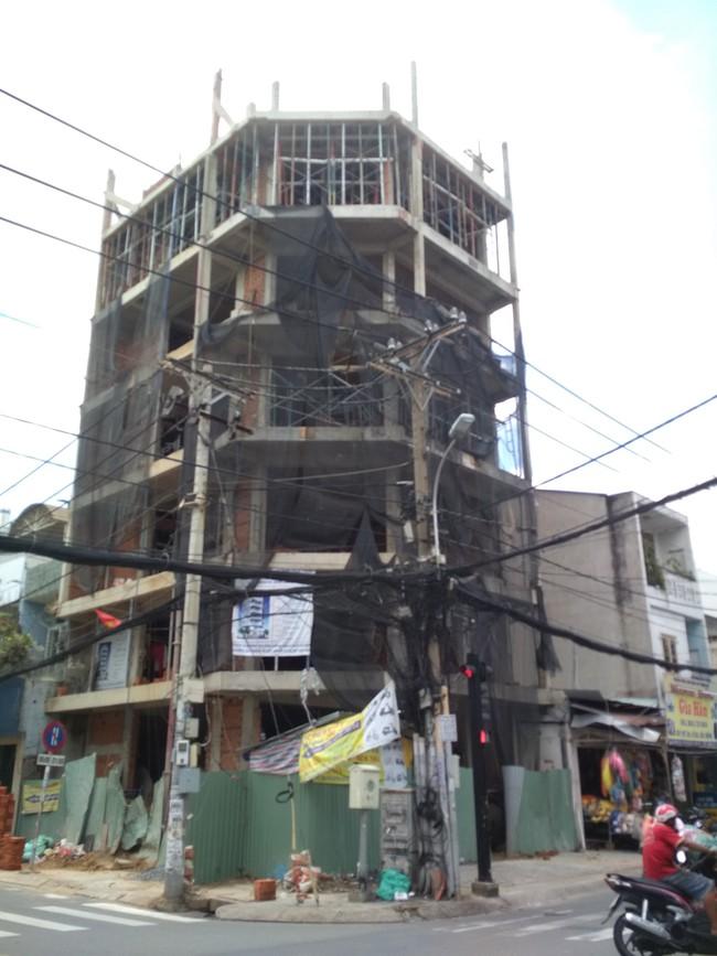 TP.HCM: Kinh hoàng tấm ván gỗ đầy đinh nhọn rơi từ tầng 4 công trình đâm thủng nhà dân - Ảnh 3.