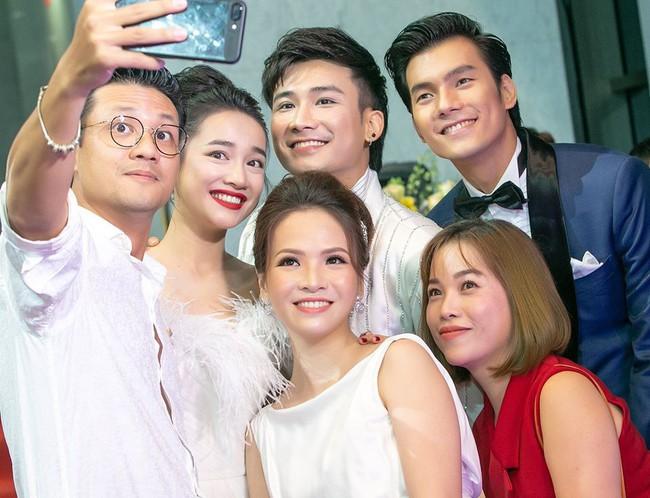Đan Lê ngọt ngào an ủi khi thấy chồng trắng tay tại VTV Awards - Ảnh 2.