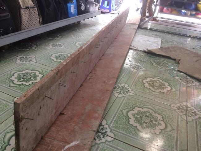 TP.HCM: Kinh hoàng tấm ván gỗ đầy đinh nhọn rơi từ tầng 4 công trình đâm thủng nhà dân - Ảnh 2.