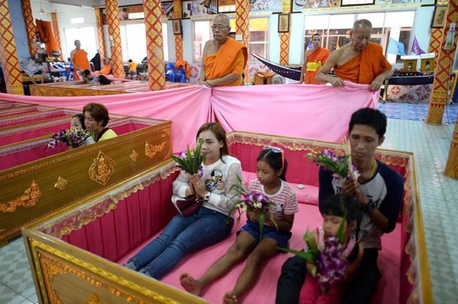 Cách đón năm mới của người Thái Lan: Nằm trong quan tài giả chết để gột bỏ xui xẻo và cầu nguyện sự tốt đẹp - Ảnh 2.