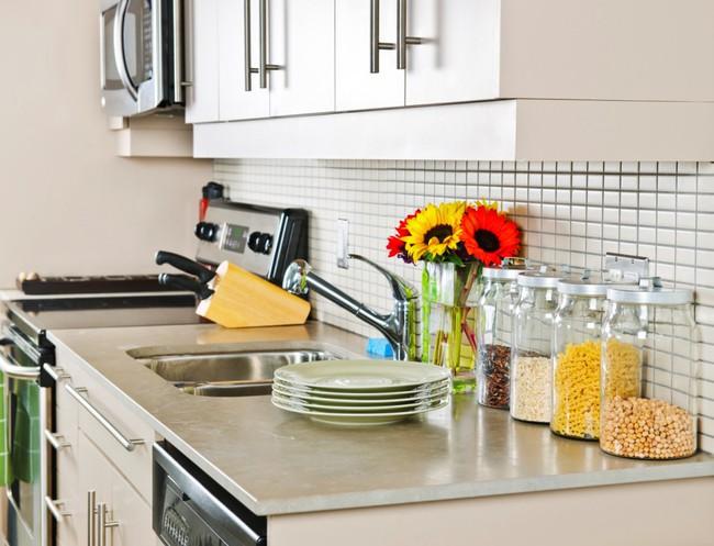 Những mẹo nhỏ dễ ợt đến kinh ngạc giúp bạn loại bỏ nhanh chóng bụi bẩn, dầu mỡ bám trong căn bếp sau Tết - Ảnh 4.