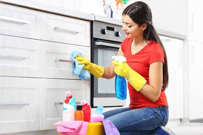 Những mẹo nhỏ dễ ợt đến kinh ngạc giúp bạn loại bỏ nhanh chóng bụi bẩn, dầu mỡ bám trong căn bếp sau Tết - Ảnh 1.