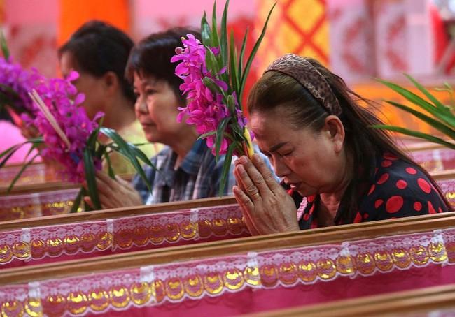 Cách đón năm mới của người Thái Lan: Nằm trong quan tài giả chết để gột bỏ xui xẻo và cầu nguyện sự tốt đẹp - Ảnh 1.