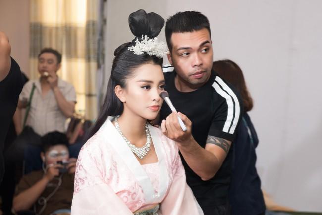 Hoa hậu Tiểu Vy gặp sự cố, ngã lăn trên sân khấu Táo Quân - Ảnh 1.