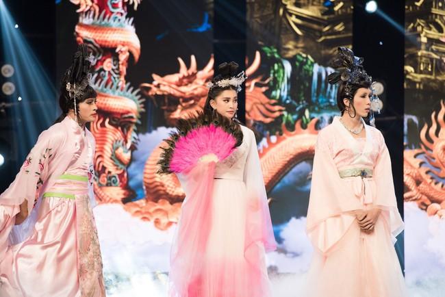 Hoa hậu Tiểu Vy gặp sự cố, ngã lăn trên sân khấu Táo Quân - Ảnh 2.