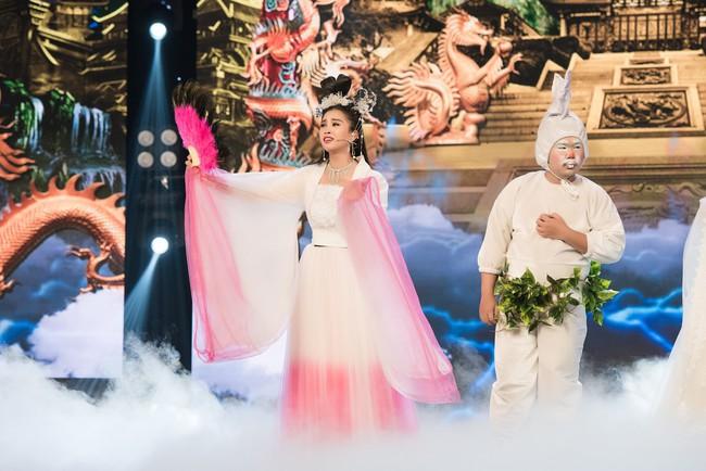 Hoa hậu Tiểu Vy gặp sự cố, ngã lăn trên sân khấu Táo Quân - Ảnh 3.