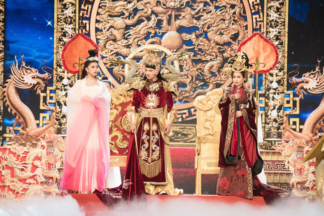 Hoa hậu Tiểu Vy gặp sự cố, ngã lăn trên sân khấu Táo Quân - Ảnh 7.