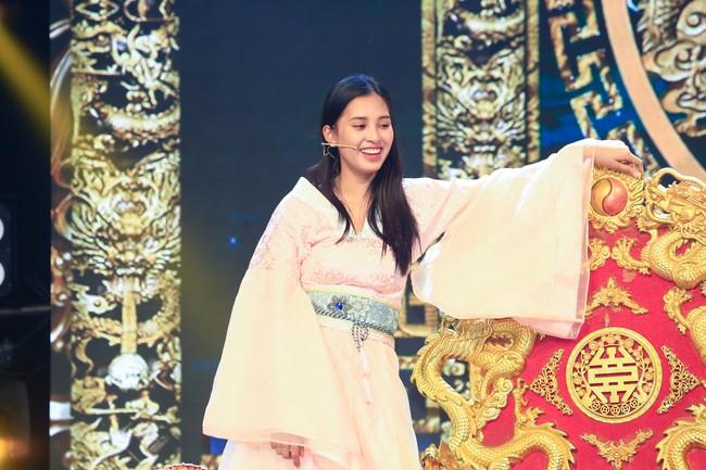 Hoa hậu Tiểu Vy gặp sự cố, ngã lăn trên sân khấu Táo Quân - Ảnh 4.