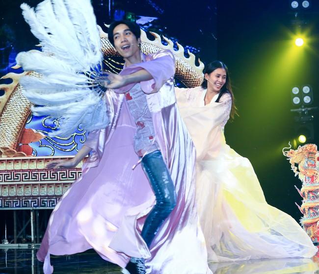 Hoa hậu Tiểu Vy gặp sự cố, ngã lăn trên sân khấu Táo Quân - Ảnh 8.